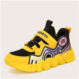 Jongens sneakers met klittenband in alfabetpatroon