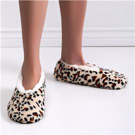 Fluffy pantoffels met luipaardpasvorm