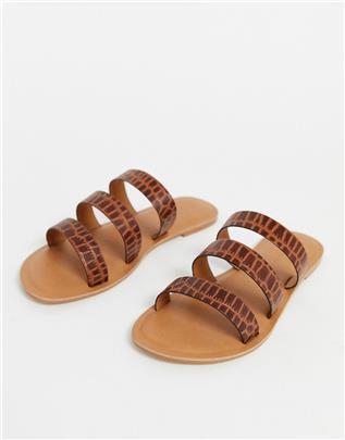 ASOS DESIGN - Farren- Platte leren sandalen in bruin met krokodillenleerprint
