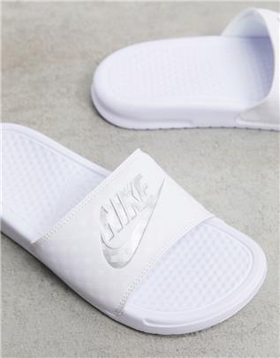 Nike Benassi - Slippers in wit en zilver