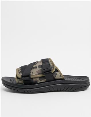 ASOS DESIGN - Slippers met gewatteerde band in camouflageprint-Groen