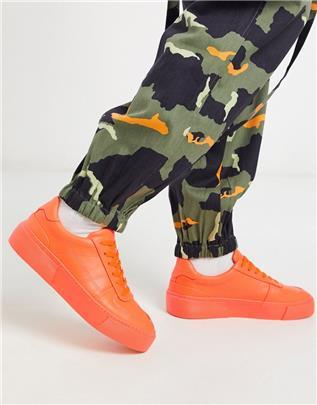 ASOS DESIGN - Sneakers in neon oranje