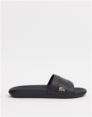 Lacoste - Slippers in zwart met goudkleurig croc-effect