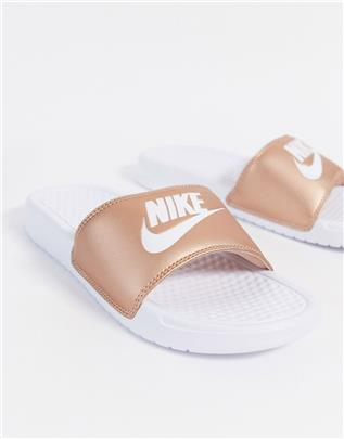Nike - Benassi- Slippers in wit met roségoud