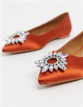 ASOS DESIGN - Lingo - Puntige satijnen ballerina's met versiering in roestbruin-Oranje