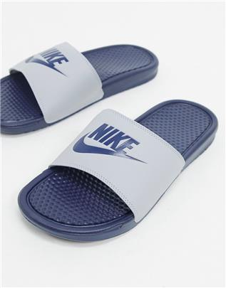 Nike - Benassi JDI - Slippers in grijs en marineblauw