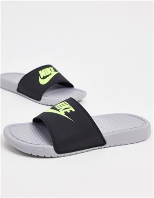 Nike - Benassi JDI - Slippers in wolfgrijs / volt
