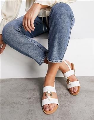 Qupid - Platte sandalen met metalen ring in wit