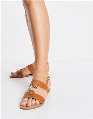 Qupid - Platte sandalen met metalen ring in bruin